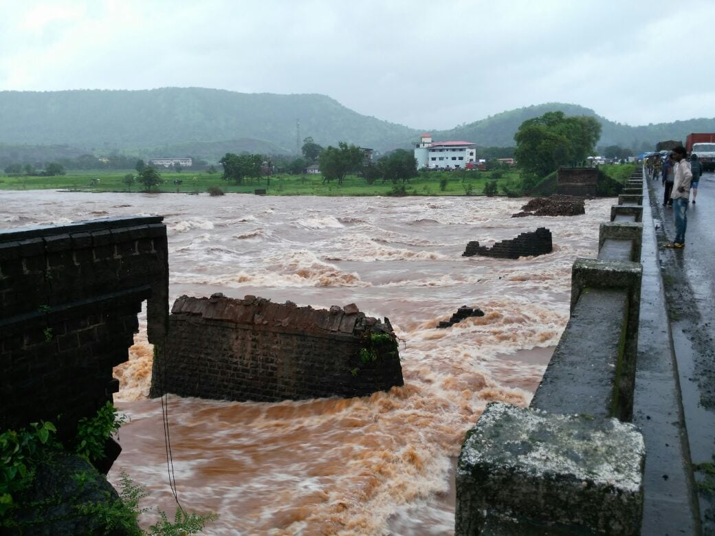 The fallen Bridge over Savitri River