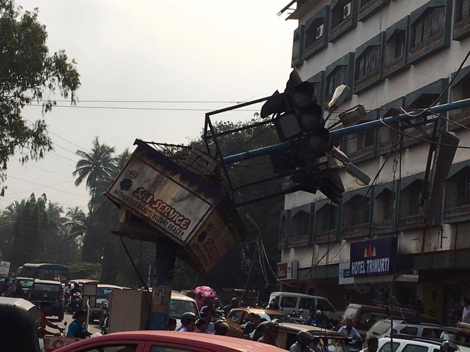 MAPUSA COLLAPSED SINGAL INTHE MIDDLE OF THE ROAD